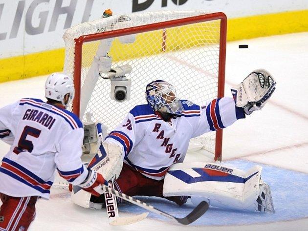Brankář NY Rangers Henrik Lundqvist vyráží střelu Los Angeles.