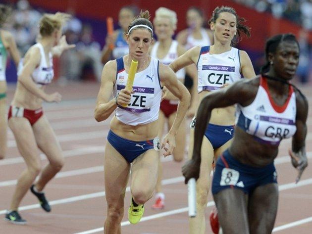 Zuzana Hejnová (uprostřed) ve štafetě na 4x400 m na olympijských hrách.