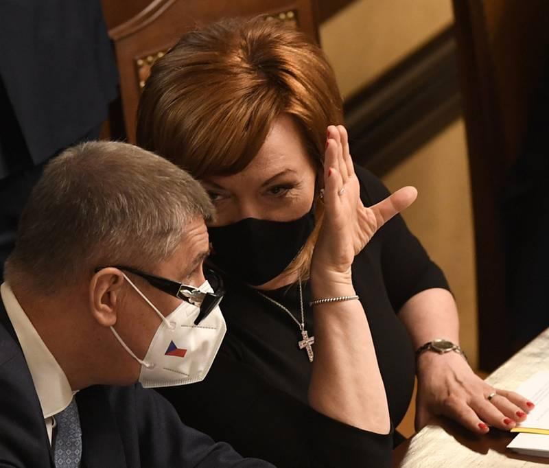 Premiér Andrej Babiš (ANO) a ministryně financí Alena Schillerová (za ANO) na schůzi Sněmovny