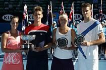 Lucie Hradecká (druhá zprava) a František Čermák (vpravo) ve finále Australian Open prohráli s Jarmilou Gajdošovou a Matthewem Ebdenem.