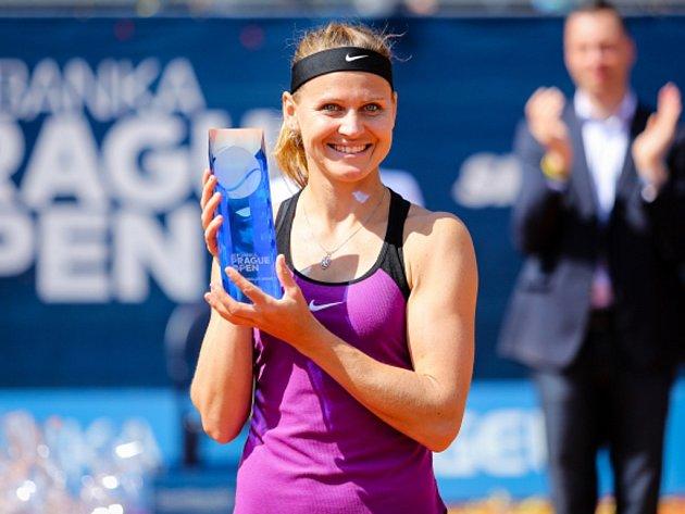 Dojatá Lucie Šafářová s trofejí pro vítězku turnaje v Praze.