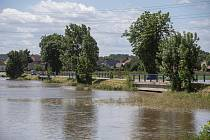 Na snímku z 30. června 2020 je rozlitá Orlice u Týniště nad Orlicí.