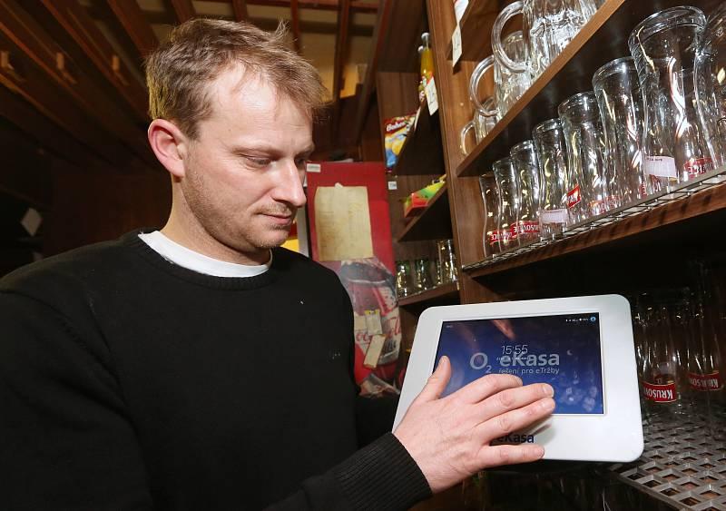 Druhá vlna EET zasáhne velice početnou skupinu podnikatelů v maloobchodě a velkoobchodě. Někteří obchodníci už začali s připojováním.