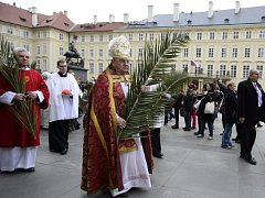 Kardinál a pražský arcibiskup Dominik Duka dnes požehná v bazilice sv. Jiří na Pražském hradě palmové ratolesti.