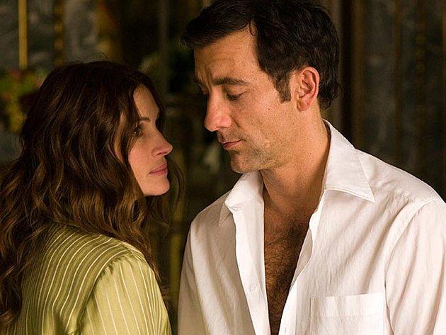 KDO S KOHO. Claire a Ray jsou bývalí agenti…a tak jsou nedůvěřiví i v lásce (Julia Robertsová a Clive Owen ve Dvojí hře).