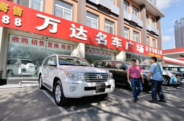 Číňan zaplatil za nové auto mincemi. Vážily dohromady čtyři tuny.