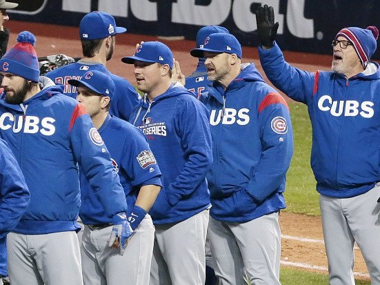 Hráči Chicaga Cubs se radují z výhru v druhém finálovém utkání.
