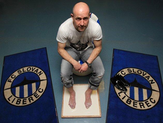 Fotbalista Liberce Jiří Štajner dostal od společnosti Gambrinus odlitky svých nohou jako památku na stý ligový gól a vstup do Klubu ligových kanonýrů.