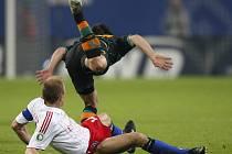 Kapitán Hamburku David Jarolim (dole) fauluje Diega z Werderu Brémy.