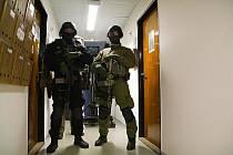 Do sídla České televize (ČT) v Praze vtrhla 11. března večer asi desetičlenná skupina ozbrojených příslušníků Vojenské policie.