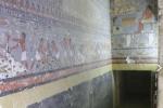 Zdobená předsíň v podzemí Chuwyho hrobky, pohled na východní a jižní stěnu.