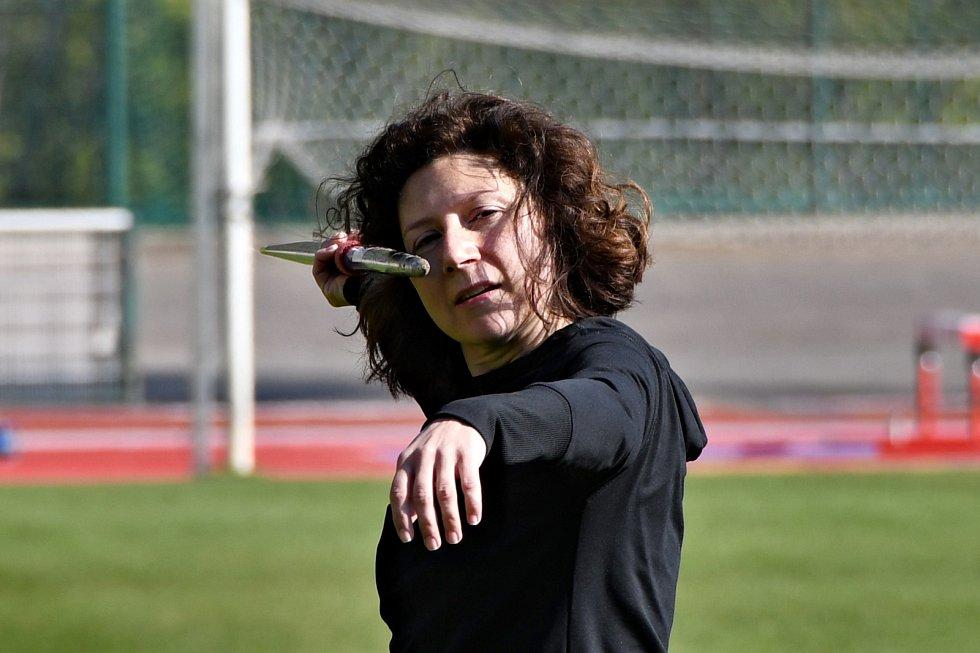 Martha Issová trénuje na roli, ve které ztvární legendární oštěpařku Danu Zátopkovou.