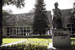 Taras Ševčenko, ukrajinský básník a výtvarný umělec, vedle Ivana Kotljarevského zakladatel moderní národní literatury, symbol ukrajinské kultury. Jeho pomníky najdete v mnoha ukrajinských městech