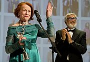 Herečka Iva Janžurová převzala Cenu prezidenta festivalu za mimořádný přínos české kinematografii. Vpravo je prezident festivalu Jiří Bartoška.