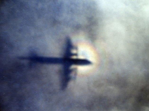Zbytky vraku neidentifikovaného stroje, které v sobotu vyplavilo moře na jižním pobřeží Thajska, s vysokou pravděpodobností nepatří pohřešovanému Boeingu 777 společnosti Malaysia Airlines.