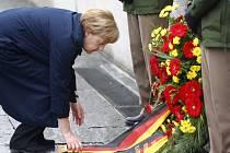 Německá kancléřka Angela Merkelová se dnes v Dachau spolu s desítkami přeživšími vězni zúčastnila vzpomínkové ceremonie na osvobození tamního nacistického koncentračního tábora americkou armádou před 70 lety.