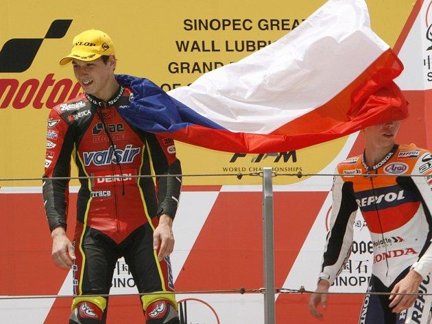 Lukáš Pešek se radoval z vítězství ve Velké ceně Číny i s národní vlajkou.