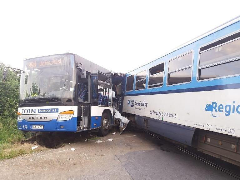 Na železničním přejezdu nedaleko obce Struhařov na Benešovsku se srazil vlak s autobusem