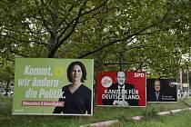 Billboardy propagující před německými parlamentními volbami kandidáty (zleva) Zelených, sociálních demokratů a konzervativní unie CDU/CSU v centru Berlína