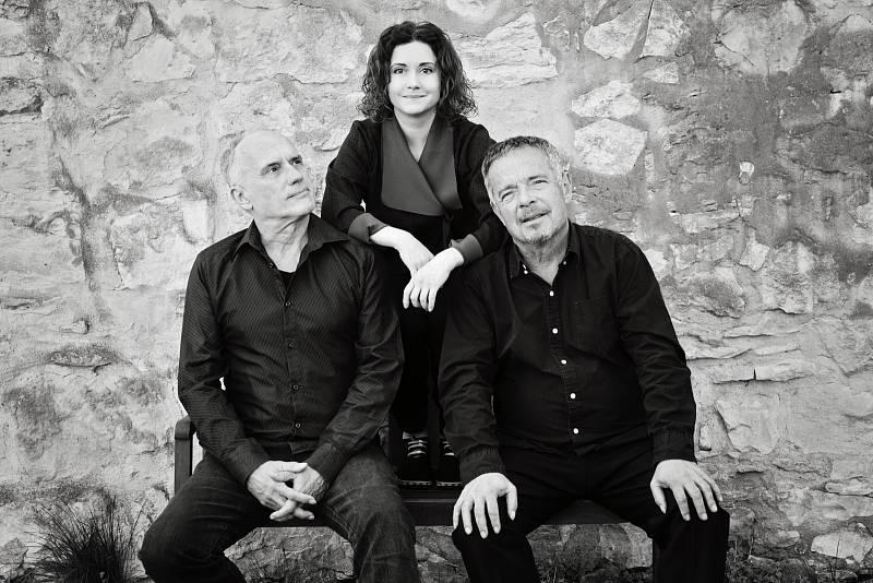 Kapela Nerez & Lucia ve složení Zdeněk Vřešťál, Vít Sázavský a Lucia Šoralová