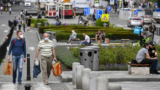 Lidé v rouškách na Václavském náměstí