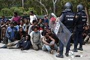 Migranti, kteří nelegálně pronikli do španělské enklávy Ceuta.