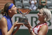 Lucie Šafářová (vlevo) a Bethanie Matteková-Sandsová vyhrály Roland Garros.