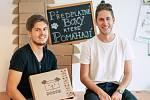 Mladí podnikatelé Matyáš Dřevo (vpravo) a Tomáš Pokorný provozují úspěšný start-up Dogsie. Online obchod nabízí pro psy i předplatné balíčků s překvapením.