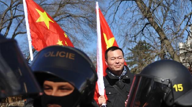 Pražská policie řešila několik slovních potyček a strkanic mezi příznivci a odpůrci čínského prezidenta, který byl na návštěvě České republiky.