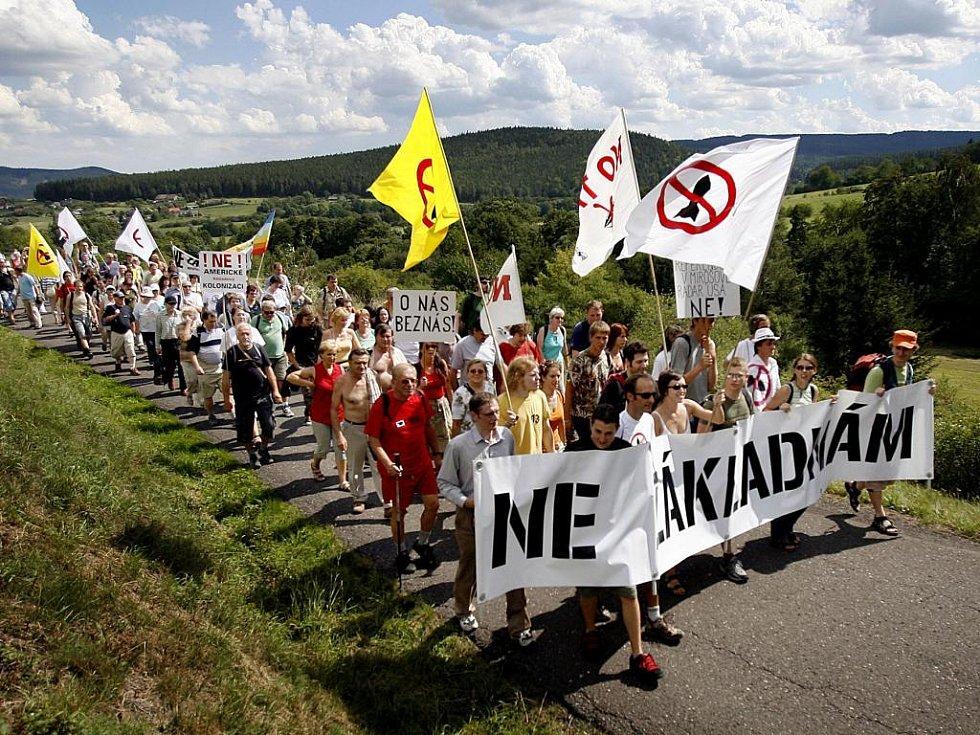 Proti stavbě amerického radaru protestuje řada lidí.