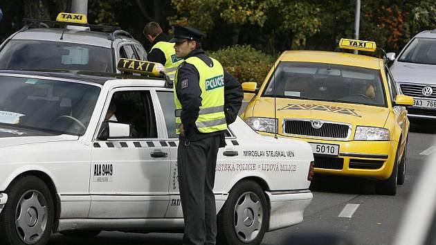 Řidiči taxi zablokovali dopravu na pražském ruzyňském letišti