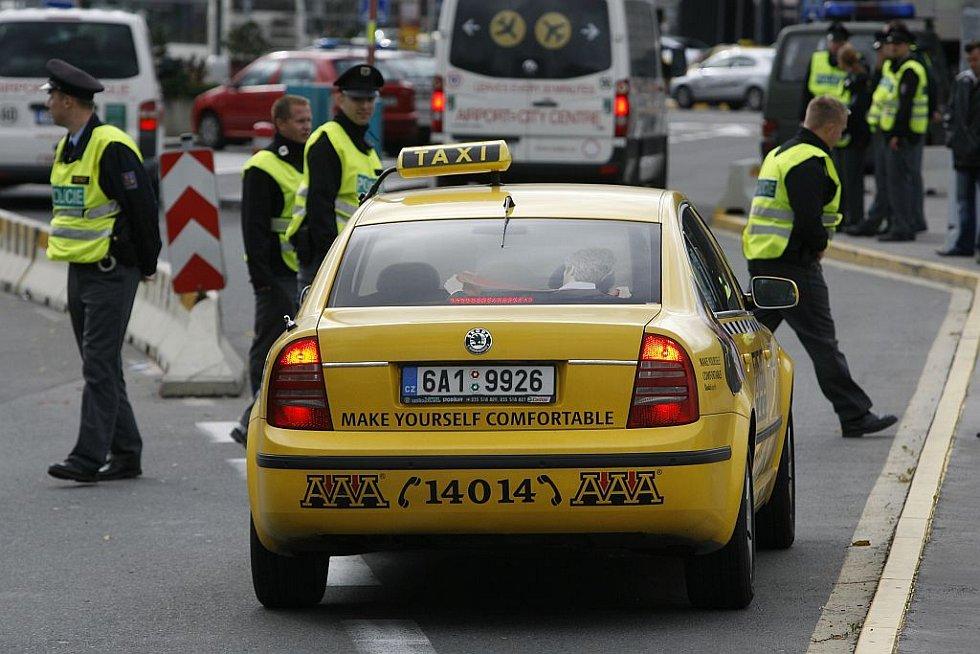 Řidiči taxi ve středu zablokovali dopravu na pražské ruzyňské letiště na protest proti zvýhodňování některých taxislužeb