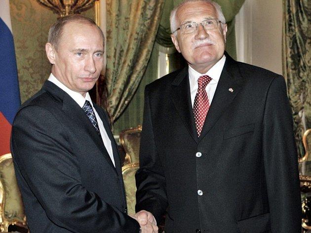 Ruský prezident Vladimir Putin při setkání s českým protějškem Václavem Klausem.