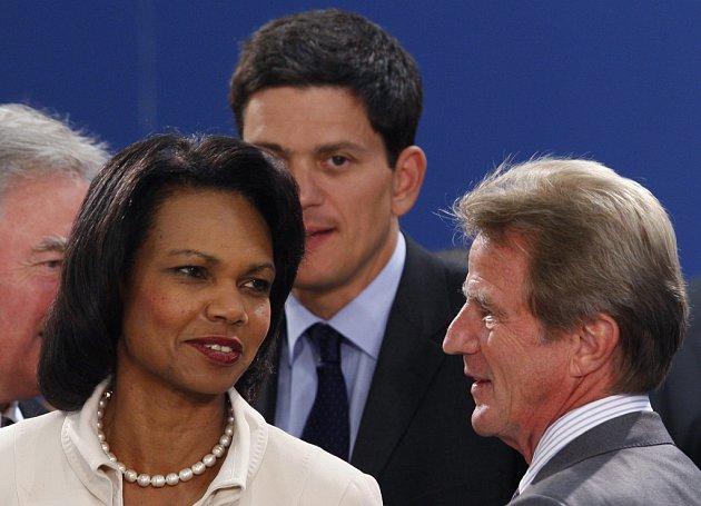 Názory americké ministryně zahraničí Riceové a jejího britského kolegy Milibanda se v ohledu na to, jak zareagovat na ruský zásah v Gruzii značně liší.