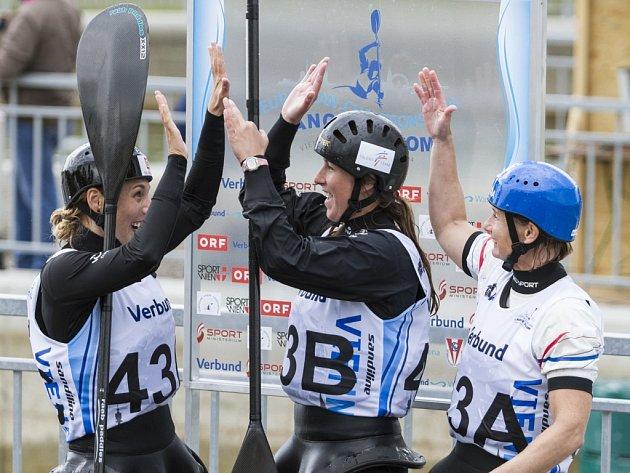 Mají zlato. České kajakářky (zleva) Veronika Vojtová, Kateřina Kudějová a Štěpánka Hilgertová vyhrály na ME závod hlídek.