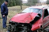 Nešťastný Josef Dvořák hledí na vrak auta, které mu zničilo zahradu.