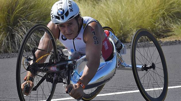 Italský paralympionik Alex Zanardi (na snímku z 10. října 2015) na handbiku.