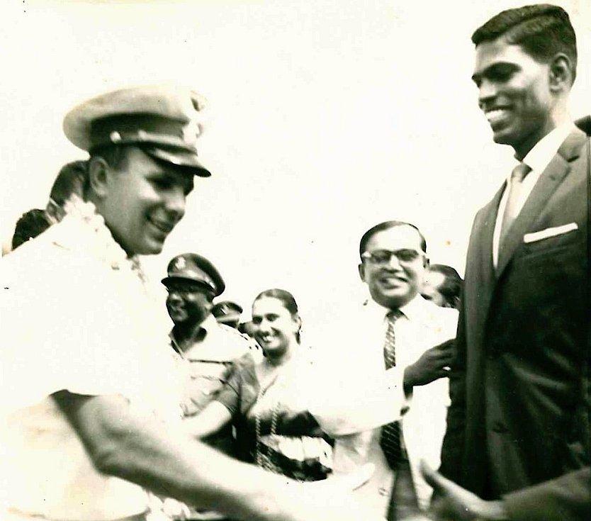 Gagarin na letišti Palaly na Srí Lance v roce 1961, kde ho vítá olympionik Nagalingam Ethirveerasingam