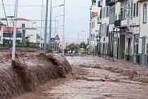 Ulice portugalského města Funchal na ostrově Madeira zaplavilo před deseti lety bahno. Ničilo domy a zabíjelo lidi