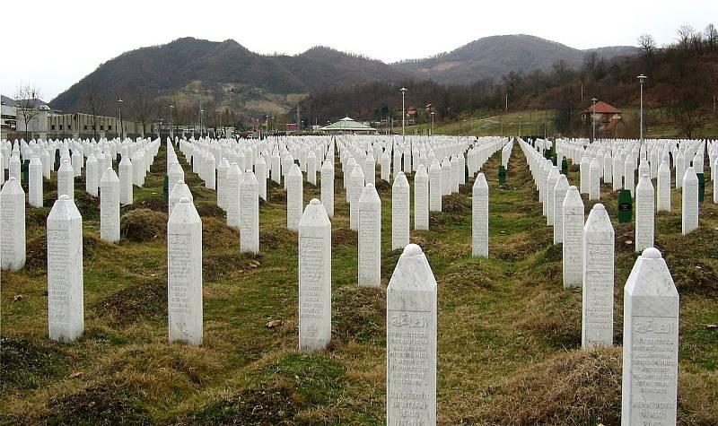 Potočarský hřbitov s hroby obětí srebrenického masakru