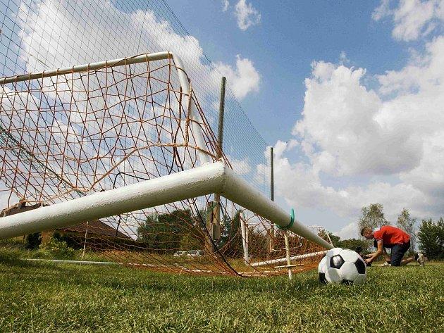 Branka na fotbalovém hřišti v Rasoškách spadla na čtrnáctiletého chlapce, který se na ní houpal. Při tragické nehodě mladík zemřel.