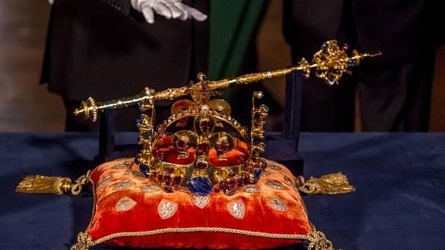 Korunovační klenoty byly 12. května slavnostně vyneseny z katedrály sv. Víta v Praze.