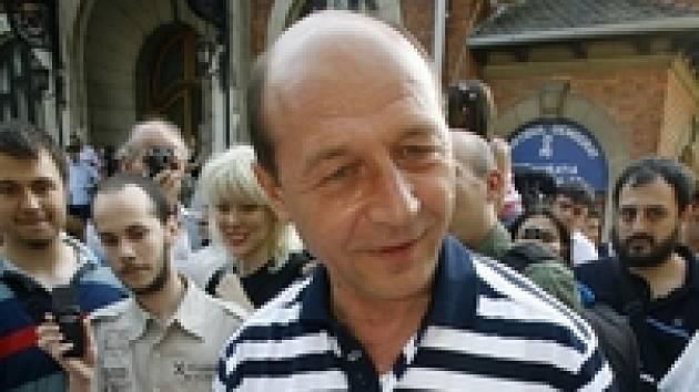 Traian Basescu po sobotním referendu zůstává ve funkci, jeho odvolání parlamentem neplatí.