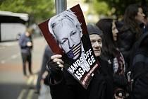 Protest příznivců Juliana Assange u budovy soudu v Londýně.