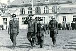 Generál Karel Kutlvašr při rozvinutí praporu u jinonické Sokolovny po revoluci v květnu 1945