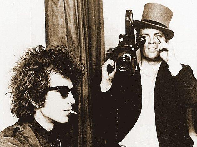 Bob Dylan v polovině šedesátých let s filmařem D. A. Pennebakerem.