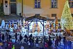 Brno (Jihomoravský kraj)–Největším dřevěným betlémem na jižní Moravě, který tvoří stovka soch v životní velikosti, se lidé pokochají v Brně. Dřevěné dílo, které už několik let krášlí vánoční trhy v jihomoravské metropoli, vytvořil řezbář Jiří Halouzka.