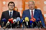 Zleva předseda poslaneckého klubu ČSSD Jan Chvojka a statutární místopředseda strany Milan Chovanec.