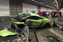 V Číně byli dnes odsouzeni k čtyř a pětiměsíčnímu vězení dva řidiči za dubnovou dopravní nehodu, která skončila zničením jejich vozů značky Ferrari a Lamborghini.