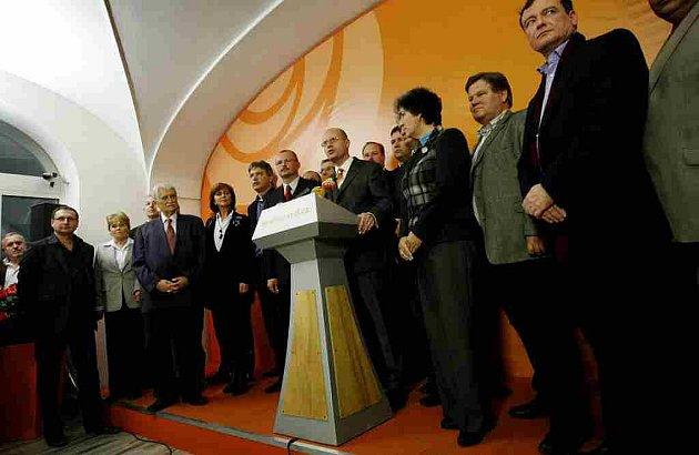 Členové ČSSD na tiskové konferenci ke zhodnocení výsledků senátních voleb 23. října v Praze.
